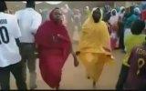 Afrikalıların Tozu Dumana Katarak Yaptığı Çılgın Dans